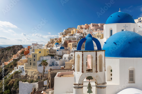 Fotografia Beautiful view of Greek orthodox church with blue domes and sea in  Santorini island, Greece