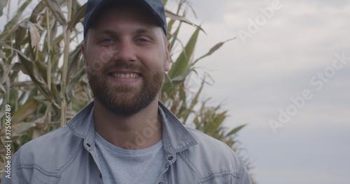 Fotomural Cheerful farmer in corn field