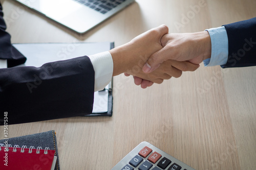 Photo a business man shake hands agreeing to work together after the meeting is over