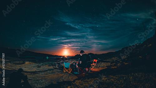 キャンプ場での月明かりと海 Fototapet