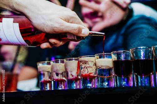 Barman preparing colorful alcoholic cocktails at the club Fototapet
