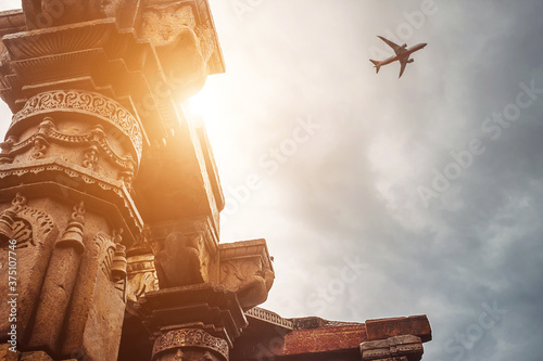 Foto Pillars of the temple complex Qutb Minar on the Sky View