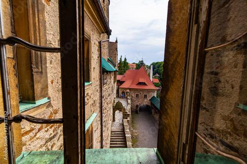 Zamek czocha pałac schody droga widok z okna - 375117152