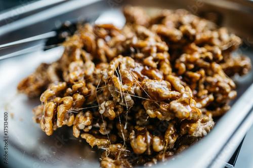 Caramelized walnuts Fotobehang