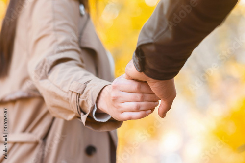 Photo Woman pulling man hand, walking in autumn park