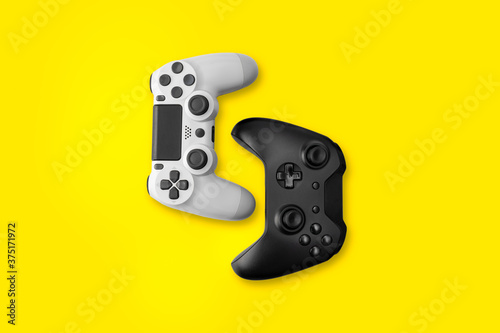 Cuadros en Lienzo White and Black game controllers on yellow background