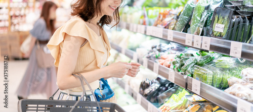 Fototapeta スーパーマーケットで買い物をする女性 obraz