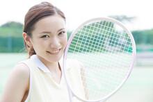 テニスラケットを持つ...