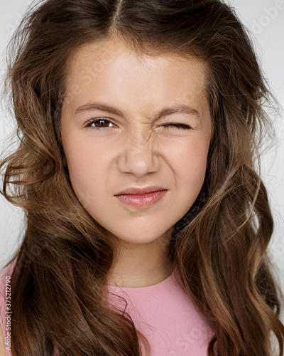 Photo Portrait of a beautiful teenage girl with a funny expression