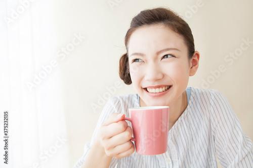 Cuadros en Lienzo コーヒーを飲む女性