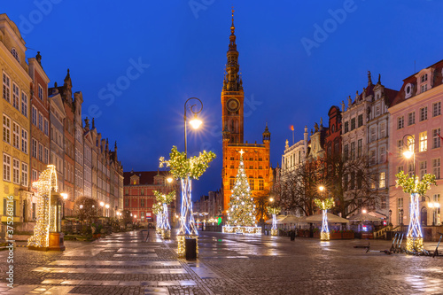 Fototapety, obrazy: Christmas tree and illumination on Long Market Street and Town Hall at night in Old Town of Gdansk, Poland