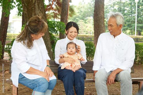 Obraz na plátně 家族 おじいちゃんとおばあちゃんとお母さんと生まれたばかりの女の子 赤ちゃん 老夫婦 グリーンバック
