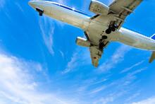 青空と旅客機と白い雲