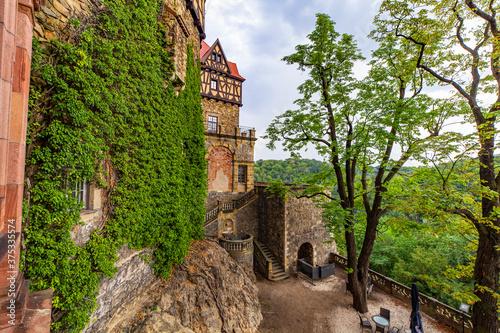 Zamek Wałbrzych widok z okna pałac zabytek las dolny śląsk - 375335574