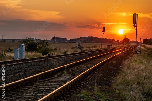 Obraz sun is setting over the railroad tracks - fototapety do salonu