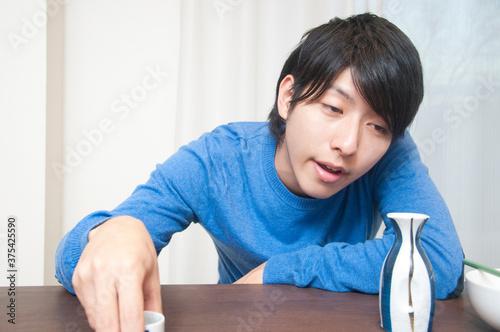 Valokuvatapetti 日本酒を飲む男性