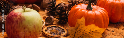 Stampa su Tela autumnal harvest and decoration with golden foliage, panoramic shot