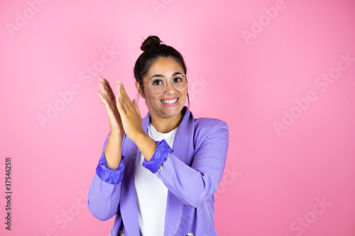 Fototapeta Young beautiful business woman over isolated pink background clapping and applau