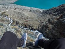 Foto De Pies Colgando En Una Montaña Con Precipicio