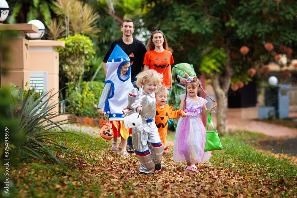 Fototapeta Kids trick or treat. Halloween fun for children.