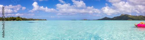 Fototapeta Panaramic view of beautiful clear turquoise ocean water in the South Pacific tropical island of Bora Bora obraz