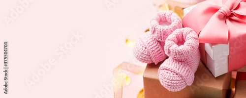 Tela Beautiful composition with pink baby booties and gift box on pink background