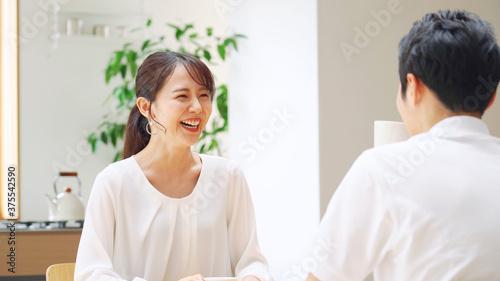 話をするカップル Fotobehang