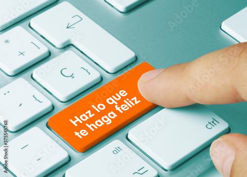 Fototapeta Haz lo que te haga feliz - Inscripción en la tecla del teclado naranja