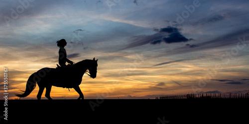Fototapeta coucher de soleil silhouette d'un cheval et d'un cavalier ou cavalière