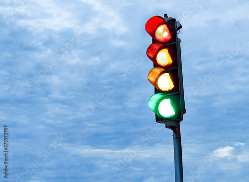 Corona-Ampel - Rot-Orange-Gelb-Grün-Ampel für Covid-19-Anzeige Fototapete