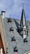 Ein großer Turm und mehrere kleine Fenster auf einem dunklen Dach in Leipzig