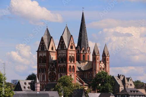 Fototapeta Blick auf den Limburger Dom in der Altstadt von Limburg an der Lahn