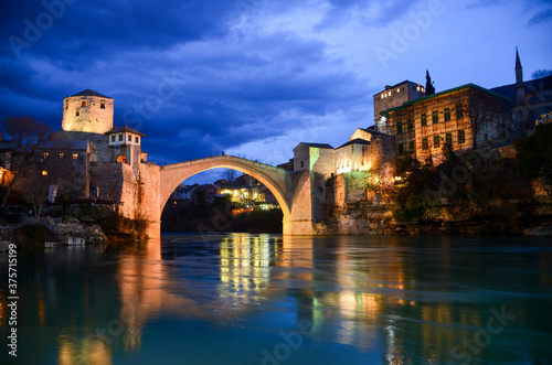 Foto Famous Old bridge and Neretva river in Mostar at evening