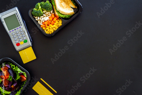 Food delivery payment with terminal and lunch boxes with meal Billede på lærred