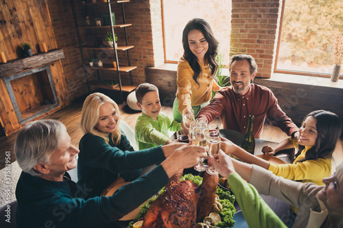 Fotografiet Portrait of nice attractive cheerful family small little kids gathering sitting