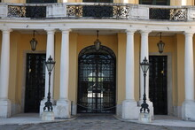 Romantischer Balkon Aus Weißem Gestein Und Schwarzen Gusseisen Auf Einem Schloss Im Barockstil Mit Drei Toren