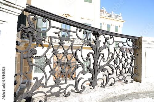 Romantischer Balkon aus weißem Gestein und schwarzen Gusseisen auf einem Schloss Canvas Print