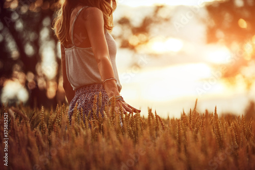 Fotografia Young woman enjoying in a wheat field.