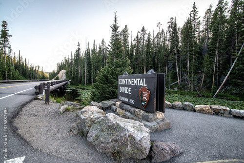 Photo yellowstone continental divide sign in wyoming