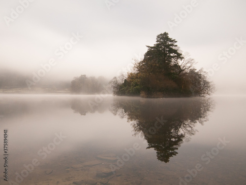 Photo misty morning on the lake