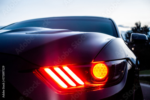 Photo fast american power muscle car at sunset on road