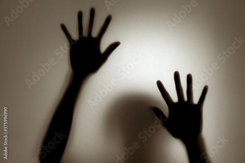 Fototapeta premium Duch koncepcja cień kobiety za matowym szkłem rozmyte dłoń i ciało nieostrość