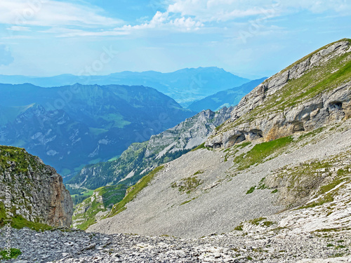 Photo Alpine valley Melchtal along the river Grosse Melchaa and in Uri Alps mountain m