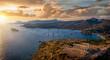 canvas print picture - Panorama des Kap Sounion bei Athen zum Sonnenuntergang mit Tempel des Poseidon und zahlreichen Segelbooten vor Anker in der Bucht, Attika, Griechenland