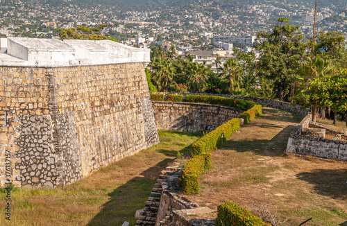 Obraz na plátne Acapulco, Mexico - November 25, 2008: Ramparts of Fort, Fuerte de San Diego, AKA Museo Historico, looks over mostly white cityscape on mountain slope