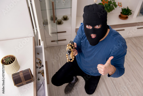 Camera view of male robber stealing things Fototapet