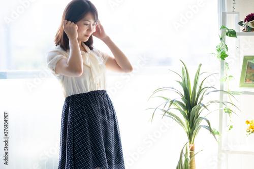 リビングで髪を触っている女性 Fototapet