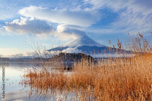 Obraz 河口湖で眺める冬の富士山 山梨県富士河口湖町にて - fototapety do salonu