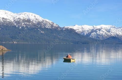 Fotografía Un lago calmo deja reflejar la belleza que lo rodea