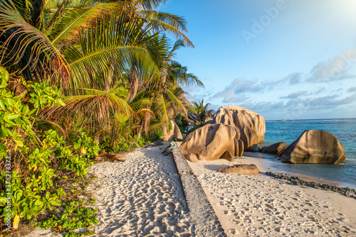 Photo Granite Rocks of Seychelles Islands with beautiful background sky at sunset, Afr